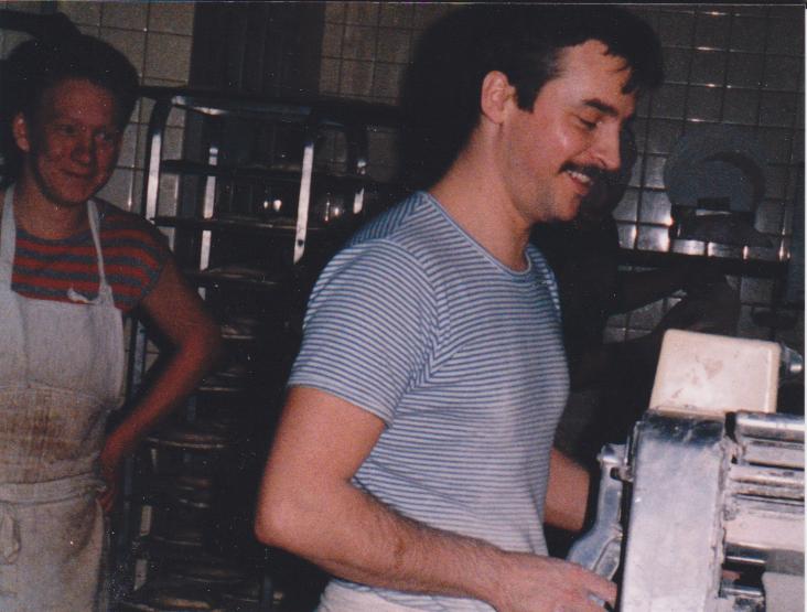 Dany Blavette en plein travail dans son fournil - Courant des années 80