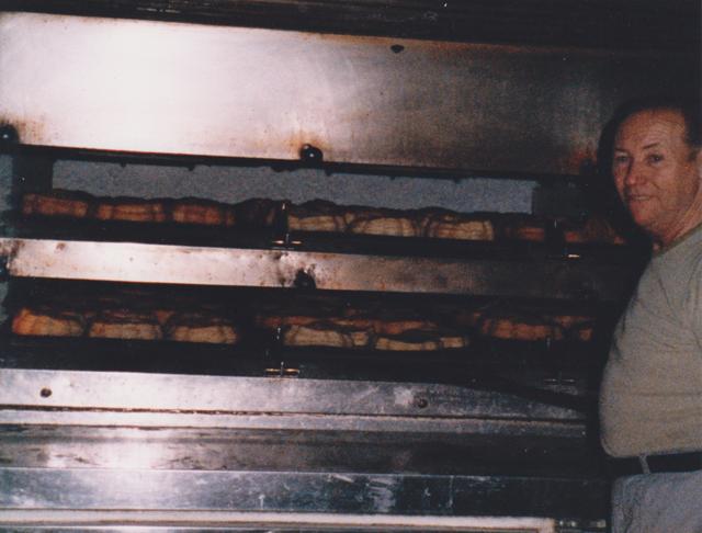 Georges Eury dans le fournil de la boulangerie Blavette au Havre